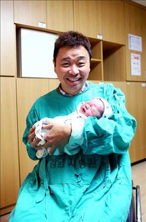 カン・ウォンレ&キム・ソン夫妻、体外受精で第一子誕生