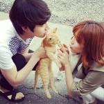 """「SJ」ヒチョル 女優イ・チョヒと""""カップル写真""""、写っているのは誰の猫?"""