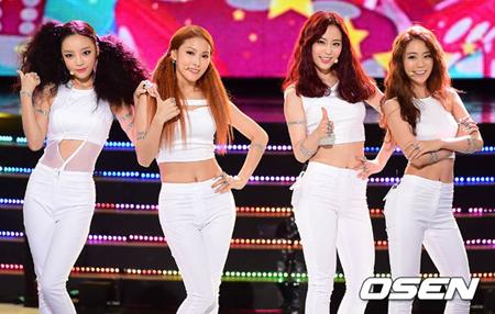 「KARA」4人組で初ステージ