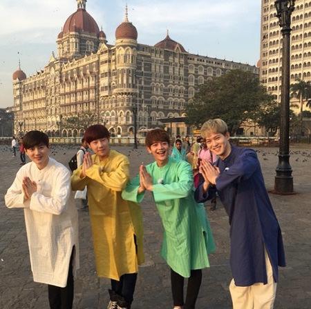 ミンホ、ジョンヒョン、ソンギュ、SUHO、異国の風景をバックにキュートな4兄弟