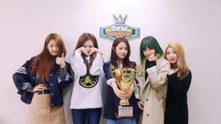 「4Minute」が音楽番組1位の記念ショット公開!