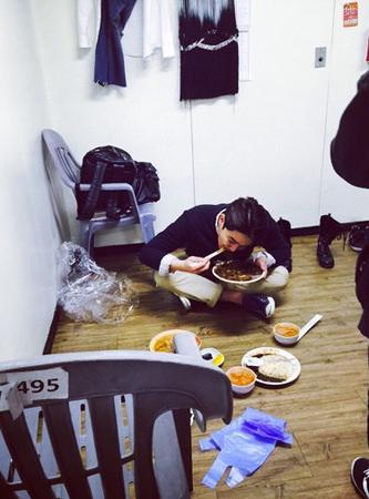 「SJ」カンイン、楽屋の隅でチャジャンミョンを勢いよく食べる姿が捉えられる
