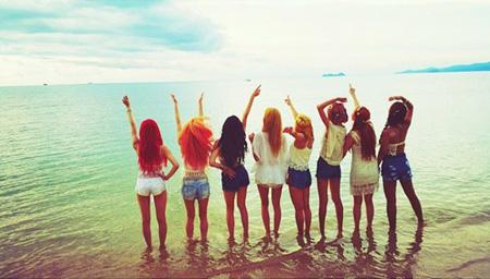 """カムバック間近「少女時代」、海を背景に8人の後姿が光る""""夏はPARTY"""""""