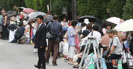 ヨン様お祝いに日本のファンが自宅前や式場周辺に集結