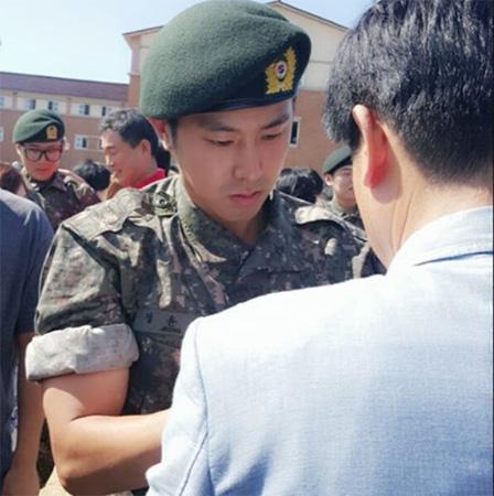 ユンホ(東方神起)、26師団新兵教育隊の最優秀訓練兵に…親友シン・ソジョンが近況写真公開