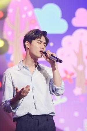 SUHO(EXO)、「デュエット歌謡祭」の熱狂的ファンを立証 「初回から全て視聴」