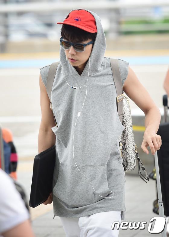 2PM 우영, '주변을 화보로 만들며 출국'