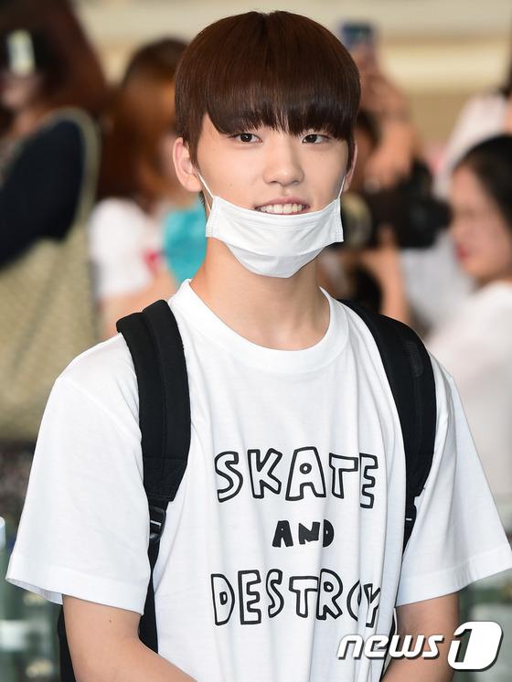 세븐틴 디노가 4일 오전 콘서트차 김포국제공항을 통해 일본 오사카로 출국하고 있다.