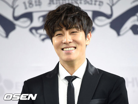 「SHINHWA」キム・ドンワン、膝を負傷しギプス…今週末の公演は最小限の動きで出演