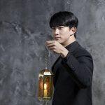 2PMテギョン、映画「時間の上の家」の司祭服姿のビハインドカットを公開