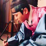 チュウォン、韓服姿で台本をチェックする姿を公開