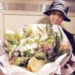 俳優イ・ジュンギ、大きな花束を抱きしめてにっこり