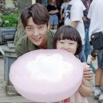 俳優イ・ジュンギ、綿菓子ひとつで子供の心をつかむスイートな魅力