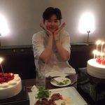 俳優イ・ジョンソク、 誕生日の写真を公開…ケーキの間でキュートな笑顔