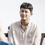 2PMテギョン、ドラマ「助けて」のビハインドカット公開