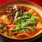 「コラム」取り皿を使わずジカ箸で鍋をつつくのが韓国スタイル!