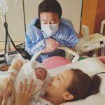 8日に第3子を出産した女優ソ・ユジン、ペク・ジョンウォンと娘の姿を公開!