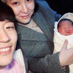 「V.O.S」パク・チホン、生後4日の第6子との写真をSNSで公開