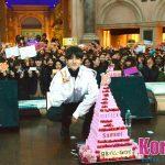 「取材レポ」新世代K-POPソロアーティストSamuel[サムエル]、日本デビュー記念フリーライブで圧巻のパフォーマンス初披露! 16段ケーキで日本デビューと誕生日もお祝い!