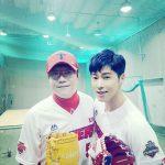 東方神起ユンホ、韓国プロ野球始球式の記念写真公開