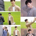 2PMジュノ、「油っぽいメロ」撮影現場の写真を公開…トレンチコート+出前箱で満面の笑顔