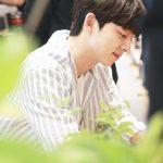 俳優コン・ユ、ファンサイン会現場公開…サマースタイルで彼氏の雰囲気