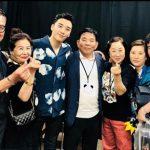 「BIGBANG」V.I、自身の日本公演に駆けつけた入隊中メンバーの両親らと記念撮影