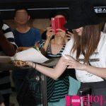 「PHOTO@金浦」TWICE ミナ&サナ、日本での休暇終え韓国へ、気さくな二人の行動にファン大喜び