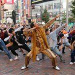 「イベントレポ」BIGBANGのV.I(ヴィアイ) 新曲ダンスチューンで新宿にサプライズフラッシュモブが出現! ダンサー100人による突然のフラッシュモブからピコ太郎登場!!