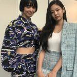 「BLACKPINK」JENNIE&女優・小松菜奈の2ショット写真が話題…パリコレでの一場面