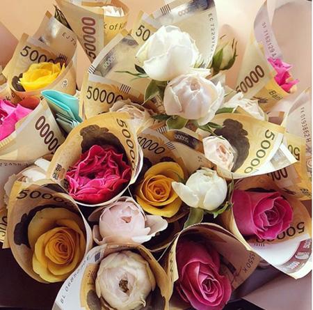 """ヒョナ、母親の誕生日に""""札の花束""""をプレゼント?"""