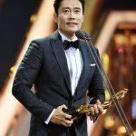 イ・ビョンホン、「ザ・ソウルアワード」で男優主演賞受賞…妻イ・ミンジョンに感謝