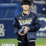 「PHOTO@ソウル」EXOチャンヨル、韓国野球リーグ2次戦で始球式を行う