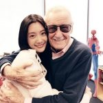 """女優クララ、""""マーベルの父""""故スタン・リーとの抱擁写真を掲載し哀悼"""