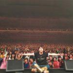 "FTISLANDイ・ホンギ、日本ソロコンサートでファンと一緒に認証ショット""満足笑顔"""