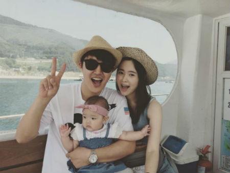 ユン・サンヒョン&Maybee夫妻、家族写真公開「笑いながら幸せに」
