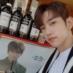 <トレンドブログ>「GOT7」ジニョン、事務所の先輩「2PM」ジュノが送ったコーヒーカーの前で認証ショット
