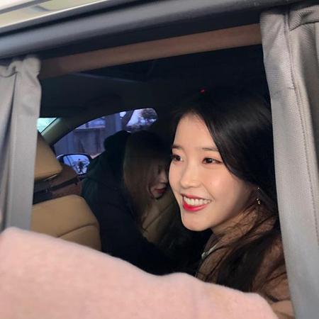 【トピック】歌手IU(アイユー)、女子高生ファンとの約束を果たすべく卒業式にサプライズ訪問