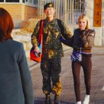 ラッパーBeenzinoが除隊、恋人のステファニー・ミチョヴァが涙で出迎え