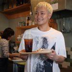 """韓国公開記念、カフェ<エンドポイント>がオープン! 『デッドエンドの思い出』田中俊介、一日店長に!! 吉本ばなな、韓国版""""味噌トースト""""に笑顔のご来店!!"""