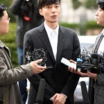 "「PHOTO@ソウル」ロイ・キム、固い表情で警察出頭…""お騒がせしてすみません"""
