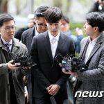 わいせつ物流布容疑の歌手ロイ・キム、警察に出頭「誠実に調査を受ける」