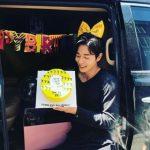 """<トレンドブログ>俳優キム・ジェウク、サプライズ誕生日パーティーに""""にっこり"""""""