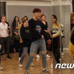 防弾少年団(BTS)のダンスはこうして…ファン約50がJ-HOPEの通った光州ダンス学院を訪れる