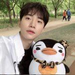 2PMジュノ、素顔だからいっそう輝く…ペンギンのぬいぐるみとツーショット