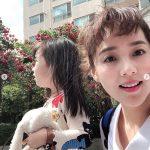 俳優キ・テヨン&ユジンの長女ロヒちゃん、ママと春の散歩