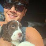 """<トレンドブログ>キム・ジョングク、""""ついにLA""""子犬を抱いて明るい笑顔"""