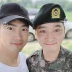 「2PM」テギョン、入隊中のチャンソンを応援…笑顔の2ショットを公開