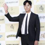 俳優チュ・ジフン、映画「暗数殺人」で「春史大賞映画祭」の主演男優賞受賞…