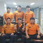 【トピック】「東方神起」ユンホ、消防隊員との爽やかな笑顔の写真が話題